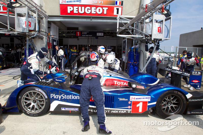 Pitstop #1 Team Peugeot Total Peugeot 908: Alexander Wurz, Marc Gene, Anthony Davidson