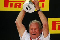 Dr Helmut Marko, Red Bull Motorsport Consultant viert op het podium
