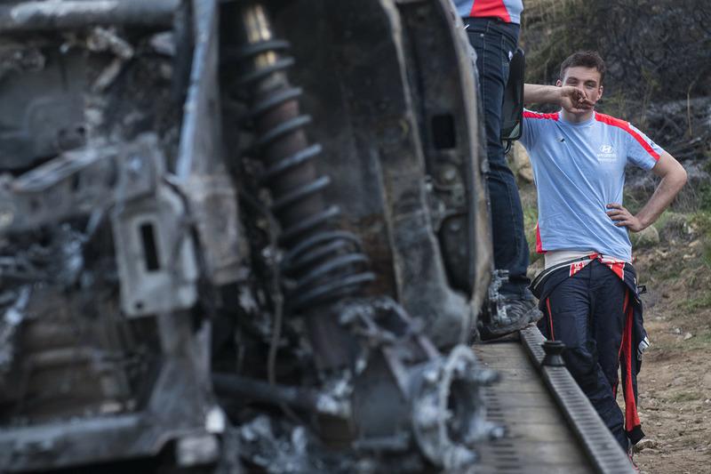 Los restos quemados del coche de Hayden Paddon, John Kennard, Hyundai i20 WRC, Hyundai Motorsport