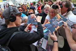 Daniil Kvyat, Scuderia Toro Rosso, firma autografi ai fan