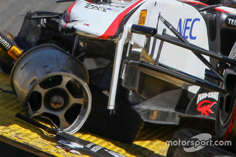 De auto van Sergio Perez, Sauber F1 Team na zijn crash