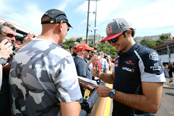 Carlos Sainz Jr, Scuderia Toro Rosso firma de autógrafos para los fans