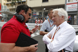 Alfonso de Orlテゥans-Borbテウn, Racing Engineering, speaks bersama Charlie Whiting, Race Director, FIA