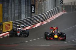 Jenson Button, McLaren Honda F1 Team MP4-31 en Max Verstappen, Red Bull Racing RB12