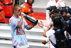 Победитель гонки - Льюис Хэмилтон, Mercedes AMG F1 празднует с Джастином Бибером на подиуме