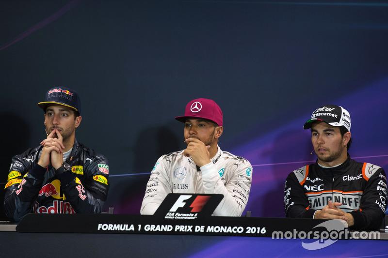 La post conferencia de prensa FIA (izquierda a derecha): Daniel Ricciardo, Red Bull Racing, segundo; Lewis Hamilton, Mercedes AMG F1, ganador de la carrera; Sergio Perez, Sahara Force India F1, tercera