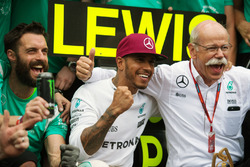 Race winner Lewis Hamilton, Mercedes AMG F1 celebrates with Dr. Dieter Zetsche, Daimler AG CEO and the team