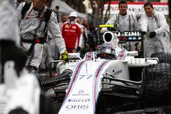 Valtteri Bottas, Williams FW38, arrives on the grid