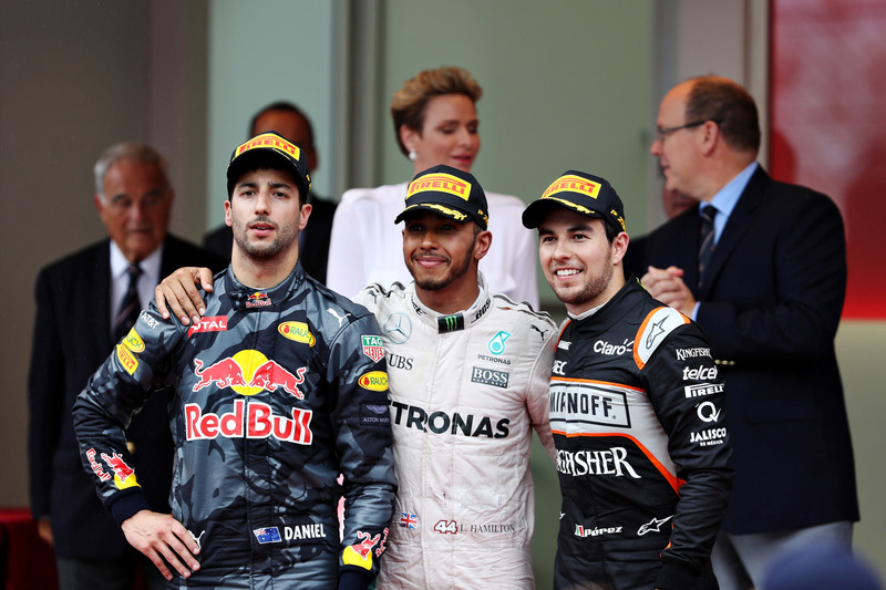 Los tres primeros, Lewis Hamilton, Mercedes AMG F1, Daniel Ricciardo, Red Bull Racing y Sergio Pérez, Force en el podio