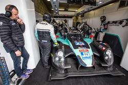 Оливье Панис наблюдает за экипажем #23 Panis Barthez Competition Ligier JS P2 Nissan