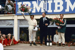 From left: Bruce McLaren, Henry Ford II dan Chris Amon di victory podium setelah 1966 24 Hours of Le Mans