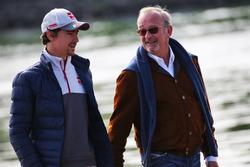 (Зліва направо): Естебан Гутьєррес, Haas F1 Team з Дидьє Котон, менеджер пілоту