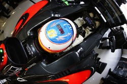 Fernando Alonso, McLaren MP4-31 pays tribute to Luis Salom
