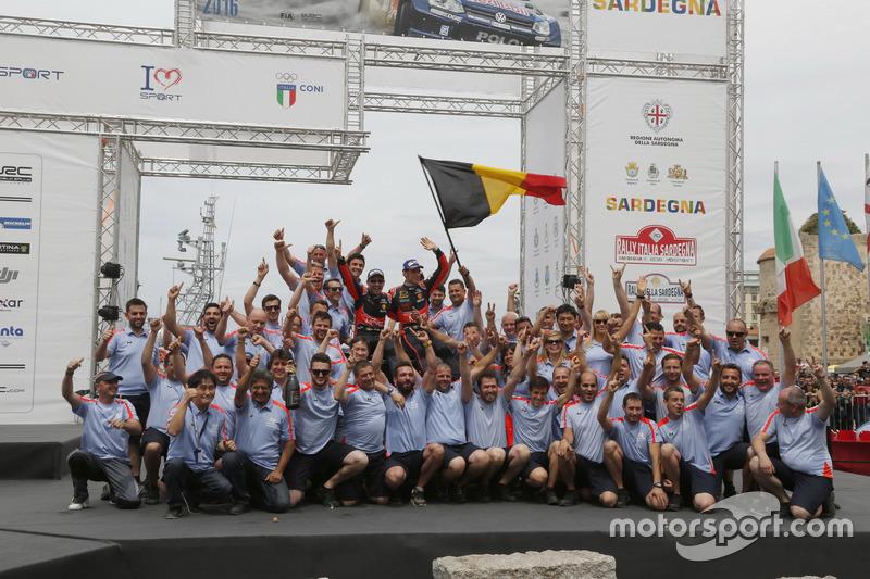 I vincitori Thierry Neuville, Nicolas Gilsoul, Hyundai i20 WRC, Hyundai Motorsport con il team