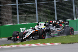 Sergio Perez, Sahara Force India F1 VJM09 and Romain Grosjean, Haas F1 Team VF-16 battle for position