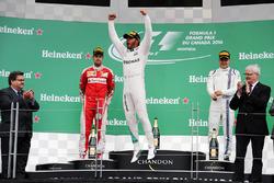 Победитель гонки - Льюис Хэмилтон, Mercedes AMG F1 W07 Hybrid празднует на подиуме
