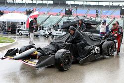 KV Racing Technology crew members di hujan