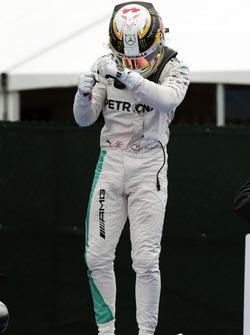 Переможець гонки Льюїс Хемілтон, Mercedes AMG F1 святкує в в закритому парку