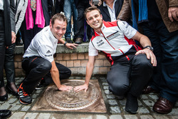 Ceremonia de la huella de la mano: 24 horas de Le Mans 2015 ganadores Porsche equipo Nick Tandy y Earl Bamber