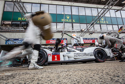 Latihan pit stop untuk #1 Porsche Team Porsche 919 Hybrid: Timo Bernhard, Mark Webber, Brendon Hartley