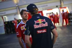 (Da Sx a Dx): Sebastian Vettel, Ferrari con Max Verstappen, Red Bull Racing