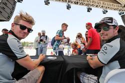 Nico Hülkenberg, Sahara Force India F1, und Sergio Perez, Sahara Force India F1 sign, schreiben Autogramme