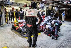 Parada en pits para #6 Toyota Racing Toyota TS050 Hybrid: Stéphane Sarrazin, Mike Conway, Kamui Kobayashi