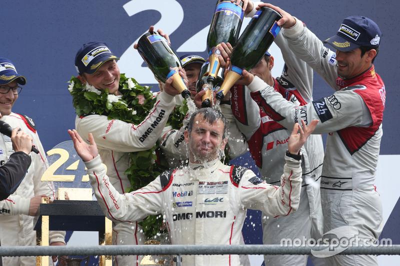 2. LMP1 podio: clase y los ganadores de la general #2 Porsche Team Porsche 919 Hybrid: Romain Dumas toma una ducha de champán