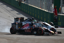 Daniil Kvyat, Scuderia Toro Rosso STR11, et Nico Hülkenberg, Sahara Force India F1 VJM09, en bagarre