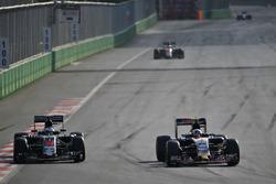 Fernando Alonso, McLaren MP4-31 y Carlos Sainz Jr., Scuderia Toro Rosso STR11