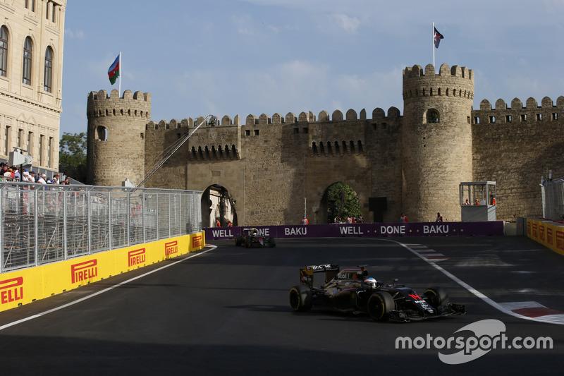 ¿Qué tal una foto con coche? Aquí Fernando Alonso