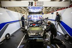 #78 KCMG Porsche 911 RSR en cours de réparation