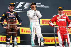 Il vincitore della gara Lewis Hamilton, Mercedes AMG F1 festeggia sul podio con il secondo classificato Max Verstappen, Red Bull Racing e il terzo classificato Kimi Raikkonen, Ferrari