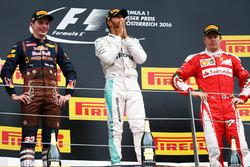 Ganador, Lewis Hamilton, Mercedes AMG F1 celebra con Max Verstappen, Red Bull Racing y Kimi Raikkonen, Ferrari