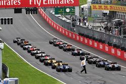 Паскаль Верляйн, Manor Racing MRT05  заїжджає у відповідний слот стартової решітки на початку гонки