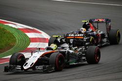 Sergio Perez, Sahara Force India F1 VJM09 e Carlos Sainz Jr., Scuderia Toro Rosso STR11
