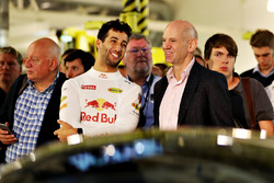Daniel Ricciardo, Red Bull Racing habla con Adrian Newey, director técnico de Red Bull Racing en el Aston Martin y Red Bull Racing proyecto AMRB 001