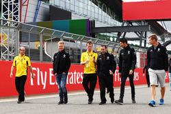 Kevin Magnussen en Esteban Ocon, Renault Sport F1 Team wandelen op het circuit