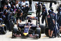 Daniil Kvyat, Scuderia Toro Rosso STR11 oefent een pitstop