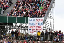 Fahrschule für Nico Rosberg von den Fans Lewis Hamiltons
