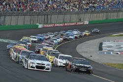 Restart: Kevin Harvick, Stewart-Haas Racing, Chevrolet, Martin Truex Jr., Furniture Row Racing, Toyota