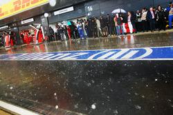 La lluvia cae en los pits antes del inicio de la carrera
