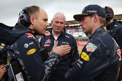 Gianpiero Lambiase, Red Bull Racing Engineer met Dr Helmut Marko, Red Bull Motorsport Consultant en Max Verstappen, Red Bull Racing op de grid