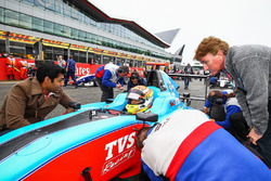 Karun Chandhok talks with Arjun Maini, Jenzer Motorsport