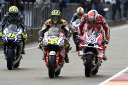 Cal Crutchlow, Team LCR Honda, Andrea Dovizioso, Ducati Team y Valentino Rossi, Yamaha Factory Racing en el pitlane