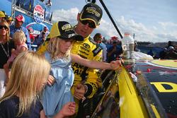 Il vincitore della gara Matt Kenseth, Joe Gibbs Racing Toyota con le figlie Clara, Kaylin e Grace
