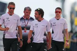 Дженсон Баттон, McLaren Honda, Фернандо Алонсо, McLaren Honda, и Стоффель Вандорн, третий пилот McLaren F1