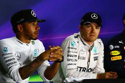 Lewis Hamilton, Mercedes AMG F1 con il compagno di squadra Nico Rosberg, Mercedes AMG F1 nella conferenza stampa FIA