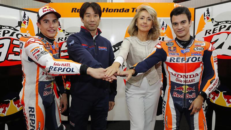Foto oficial de la última renovación de Repsol y Honda en diciembre de 2016