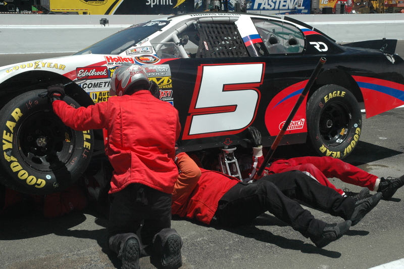 The JSR crew dives underneath Thomas Martin's #5 ride to fix the tranny rods